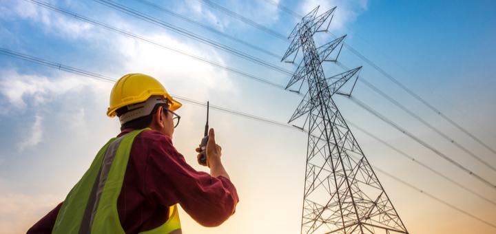 ¿A quién se le atribuye la invención de la electricidad?